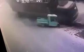 Little Tuk Tuk is Crushed by Big Truck