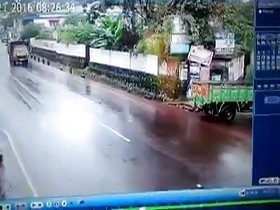 SHOCKING ROA ACCIDENT - HELMET SAVED THE BIKER
