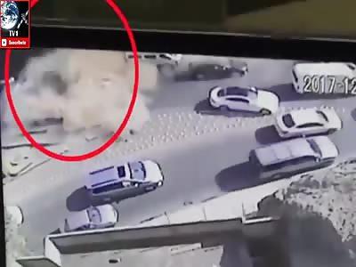 RETROEXCAVATOR FALLS ON CARS