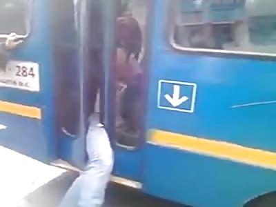 Bus driver arrests thief at bus door