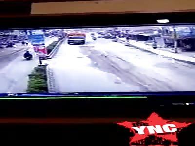 Jawa Moto vs truck