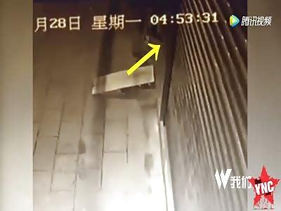 thief gets his leg stuck for 8 hours in electric door