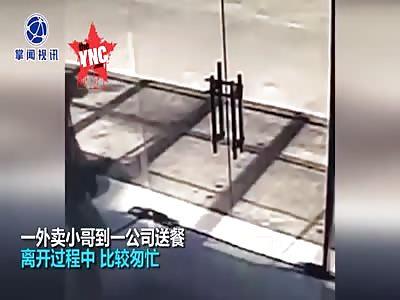 a takeaway brother  crashed into a glass door in Wuxi, Jiangsu