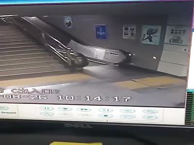(Repost)The terrifying moment when a woman falls through Shenzhen subway station floor