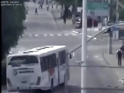 Trem bate em onibus no Brasil 10/07/2013 Train hits bus in Brazil 10/07/2013