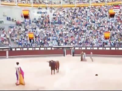 Full Video: bull stab in the face bullfighter Saúl Jiménez